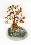 Dzintara koks uz akmens ar pilsetu